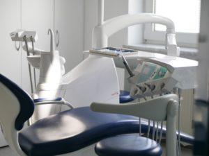 Behandlungsraum mit Stuhl